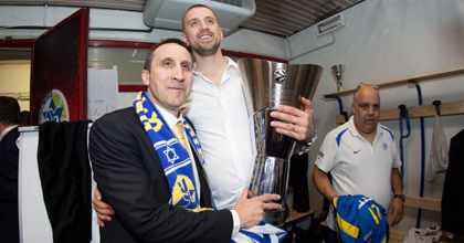 Maccabi Electra Tel Aviv coach David Blatt enjoys holding the Euroleague trophy. Photo by Getty Images