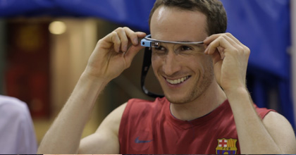 Marcelinho Heurtas tries out Google Glass with his Barcelona teammates.
