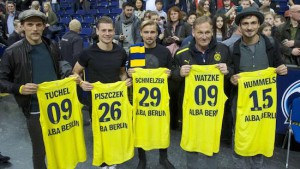 Thomas Tuchel, Lukasz Piszczek, Marcel Schmelzer, Hans-Joachim Watzke and Mats Hummels (from left) of Borussia Dortmund visited an Alba Berlin game on February 6, 2016. Photo by Imago