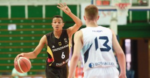 Nelson Weidemann calls a play at the 2015 FIBA U16 European Championship.